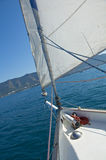 Segelboot auf dunkelblauem Hintergrund Lizenzfreie Stockfotos