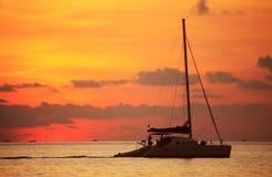 Segelboot auf dunkelblauem Hintergrund Stockfoto