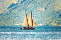 Segelboot auf dunkelblauem Hintergrund Lizenzfreies Stockfoto
