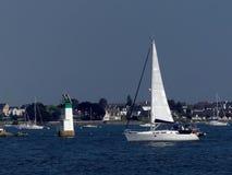 Segelboot auf dunkelblauem Hintergrund Lizenzfreie Stockfotografie