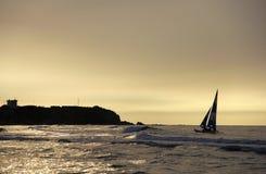 Segelboot auf dunkelblauem Hintergrund Stockfotos