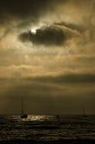 Segelboot auf einem bedrohlichen Himmel lizenzfreie stockbilder