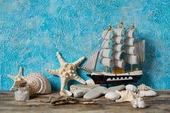 Segelboot auf einem blauen Hintergrund Stockfotos