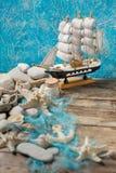 Segelboot auf einem blauen Hintergrund Lizenzfreie Stockfotografie