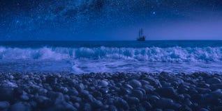 Segelboot auf einem Horizont nachts stockbilder