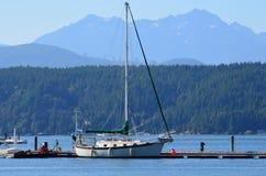 Segelboot auf einem See Lizenzfreie Stockfotos