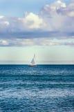 Segelboot auf einem See Stockfotos
