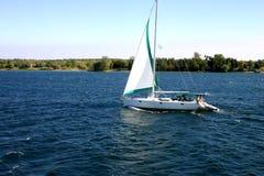 Segelboot auf Fluss Lizenzfreie Stockfotografie