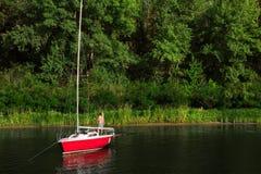 Segelboot auf Fluss Dnipro Lizenzfreie Stockfotografie
