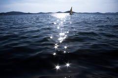 Segelboot auf Horizont Lizenzfreies Stockbild