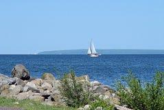 Segelboot auf Lake Superior Stockfotos