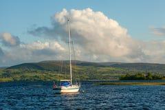 Segelboot auf Lough Derg, Irland Lizenzfreie Stockfotos