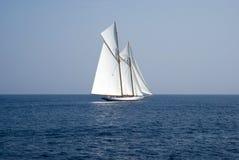 Segelboot auf Meer Lizenzfreies Stockbild