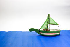 Segelboot auf Meer Lizenzfreie Stockbilder