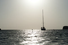 Segelboot auf Meer im Sonnenuntergang Stockfotografie