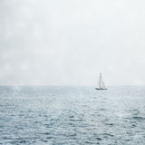 Segelboot auf Misty Blue Seas Stockfotografie
