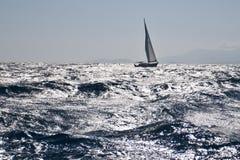 Segelboot auf rauem Meer stockbild