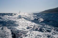 Segelboot auf rauem Meer stockfoto
