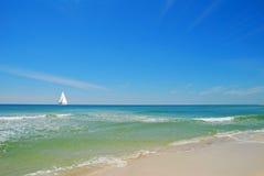 Segelboot auf ruhigem Meer Lizenzfreie Stockbilder