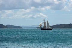 Segelboot auf ruhigem Ozean-Wasser Lizenzfreies Stockfoto
