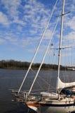 Segelboot auf Savanne-Fluss lizenzfreie stockfotos