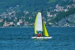 Segelboot auf See Como lizenzfreie stockfotos