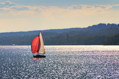 Segelboot auf See Starnberg Lizenzfreies Stockbild