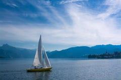 Segelboot auf See Traunsee in den Bergen der Alpen, Österreich Lizenzfreie Stockbilder