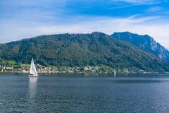 Segelboot auf See Traunsee in den Bergen der Alpen, Österreich Lizenzfreie Stockfotografie
