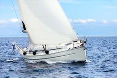 Segelboot auf Segeln der hohen See auf Hafen heftet an Lizenzfreie Stockfotos
