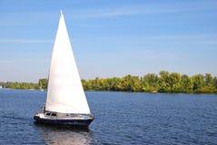 Segelboot auf Wasser Stockfoto