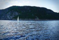 Segelboot auf Wasser im Blau Stockbild