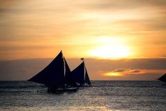 Segelboot bei schönem Sonnenuntergang Stockfotos