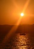 Segelboot bei Sonnenuntergang Stockbilder