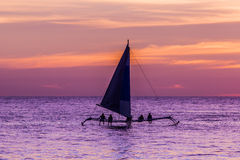 Segelboot bei Sonnenuntergang Lizenzfreie Stockfotografie