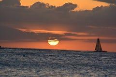 Segelboot bei Sonnenuntergang Stockfotos