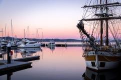 Segelboot bei Sonnenuntergang in Hobart, Tasmanien stockbild