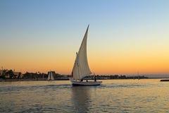 Segelboot bei Sonnenuntergang im Nil, Ägypten stockbild