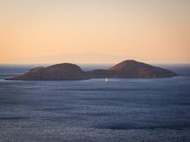 Segelboot bei Sonnenuntergang nahe Tilos-Insel Stockfotografie
