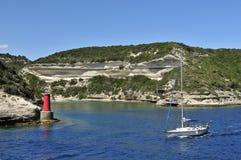 Segelboot in Bonifacio Gulf, Corse, Frankreich lizenzfreie stockfotos