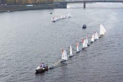 Segelboot, das auf den Fluss schwimmt Lizenzfreie Stockfotografie