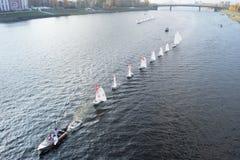 Segelboot, das auf den Fluss Volga schwimmt Stockbild