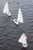 Segelboot, das auf den Fluss Volga schwimmt Stockbilder