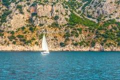 Segelboot, das auf die adriatische Küste vor der kroatischen Küste schwimmt Stockfotografie