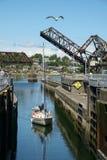 Segelboot, das Ballard Locks, Seattle, USA anmeldet lizenzfreie stockfotografie