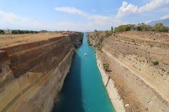 Segelboot, das durch Korinth-Kanal überschreitet Stockfotografie