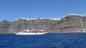 Segelboot, das Fira, Santorini, angesehen vom Meer führt stockbilder