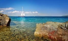Segelboot, das im Meer, Sommerzeit, Reisefoto kreuzt Stockfotos