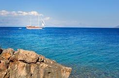 Segelboot, das im Meer, Sommerzeit, Reisefoto kreuzt Lizenzfreie Stockfotografie