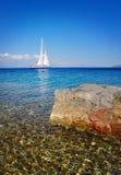 Segelboot, das im Meer, Sommerzeit, Reisefoto kreuzt Stockbild